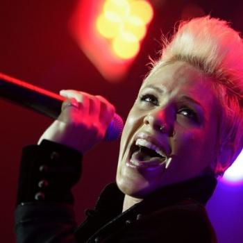 Песня Pink стала саундтреком к фильму «Алиса в Зазеркалье»