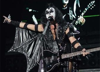 Группа Kiss остановила концерт из-за торнадо