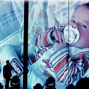 Лазарев продемонстрировал архивные снимки новорожденного сына