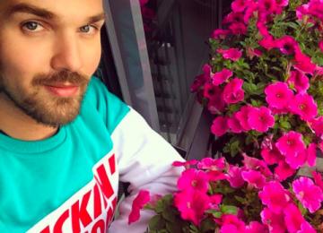 Александр Панайотов выращивает цветы на балконе