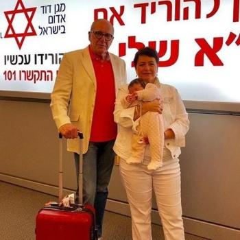 Эммануил Виторган путешествует с женой и новорожденной дочерью