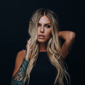 Rita Dakota рассказала о послеродовой депрессии в новой откровенной песне «Нежность»