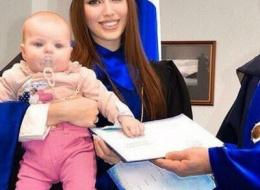 Жена Дмитрия Тарасова пришла на вручение диплома вместе с малышкой